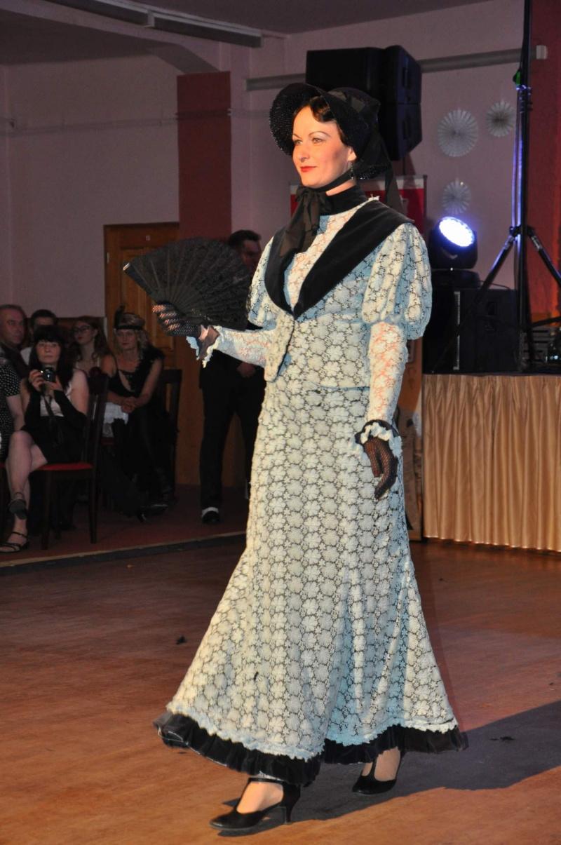 Modré krajkové šaty  s kloboučkem, Krásná doba