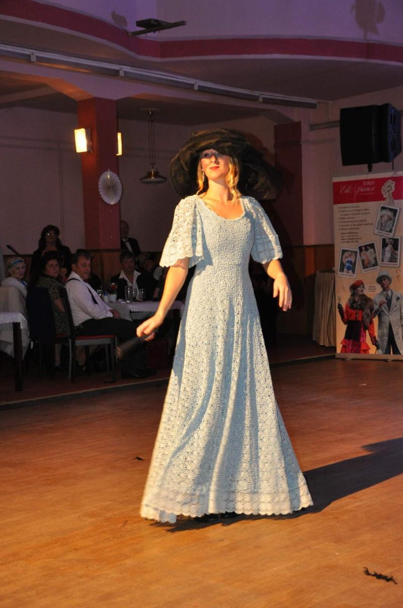 modré krajkové šaty 19. století, klobouk černý