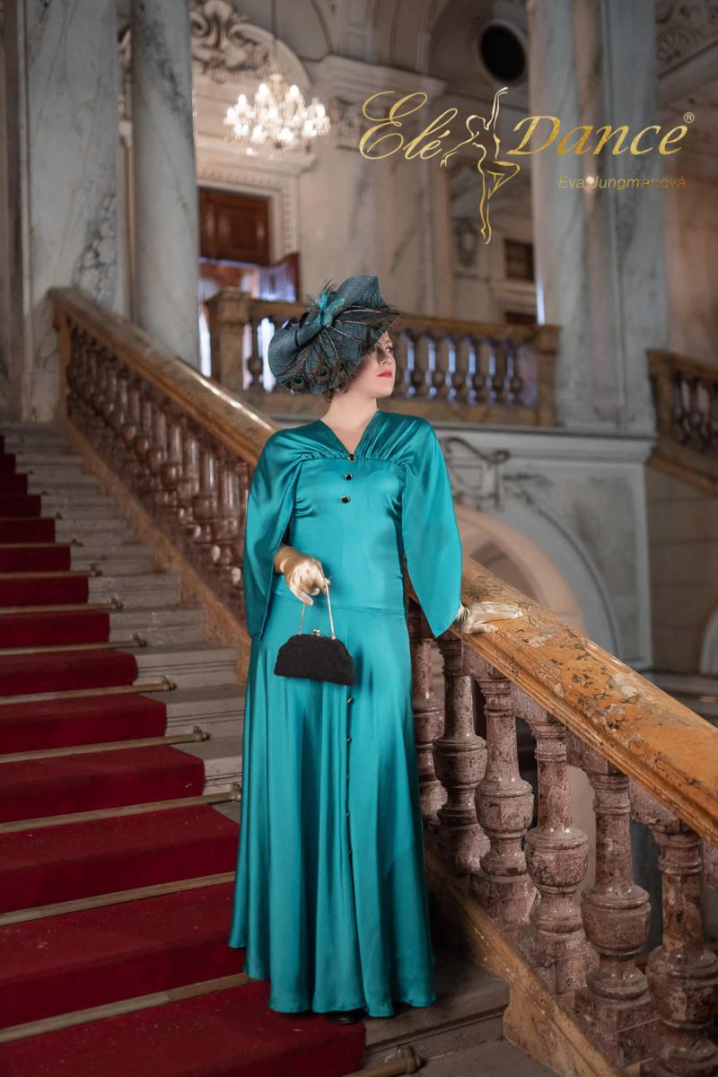 Móda a elegance, petrolejové šaty s fascinátorem